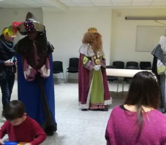 Los Reyes Magos entrengan los regalos del sorteo de la Asociacion de Comercio